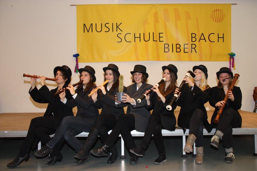 Gruppe von Musikerinnen mit Logo der Musikschule
