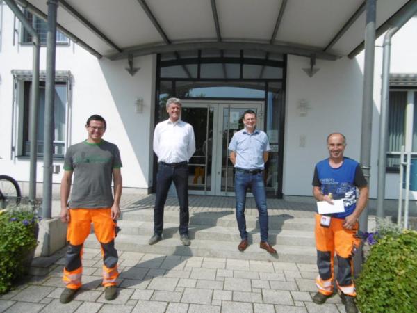 Bauhofleiter Willi Wiedholz wird für 25 Dienstjahre geehrt.