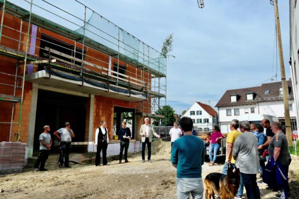Hebauf Biberbacher Dorfladen mit Bürgermeister, Architekten, Handwerkern und Anwohnern
